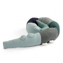 Sebra Sleepy Croc stickad kudde - Hazy Blue